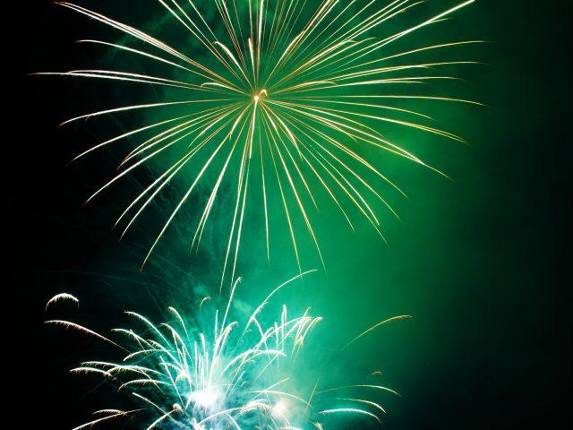 https://www.mondorama.eu/wp-content/uploads/2021/07/green_fireworks_193088-640x480.jpg